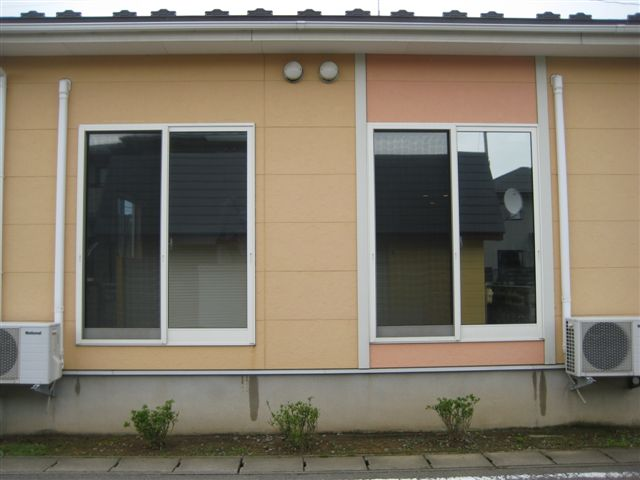 左 施工前窓 右 フィルム施工済窓